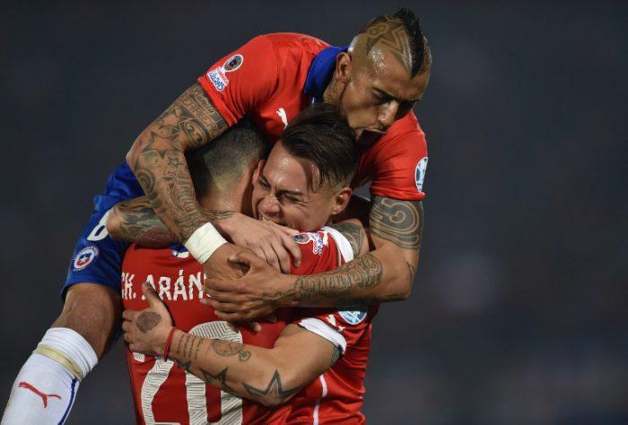 Chile's Stürmer Eduardo Vargas (C) feiert mit seinen Teamkollegen Charles Aranguiz und Arturo Vidal. Reicht es 2018 zur WM nach Russland? AFP PHOTO / RODRIGO ARANGUA