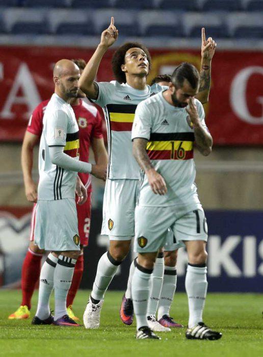 Belgiens Verteidiger Axel Witsel (M) freut sich über sein Tor beim WC 2018 Qualifikationsspiel gegen Gibraltar. / AFP PHOTO / JOSE MANUEL RIBEIRO