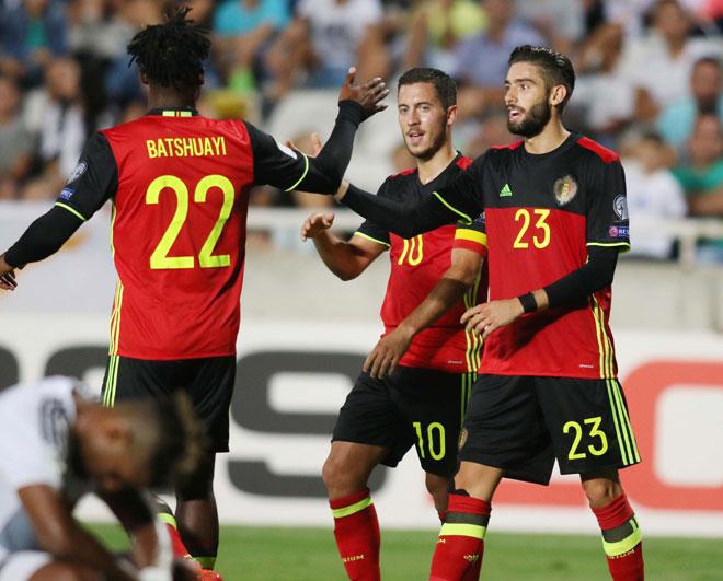 Yannick Carrasco (Belgien) (R) feiert mit seinen Teamkameraden den Treffer beim Spiel gegen Zypern vom 6. September 2016. / AFP PHOTO / Sakis Savvides