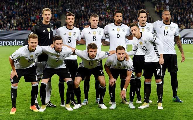 Die deutsche Nationalelf vor dem WC 2018 Qualifikationspiel gegen Tschechien in Hamburg am 8. Oktober 2016. / AFP PHOTO / PATRIK STOLLARZ