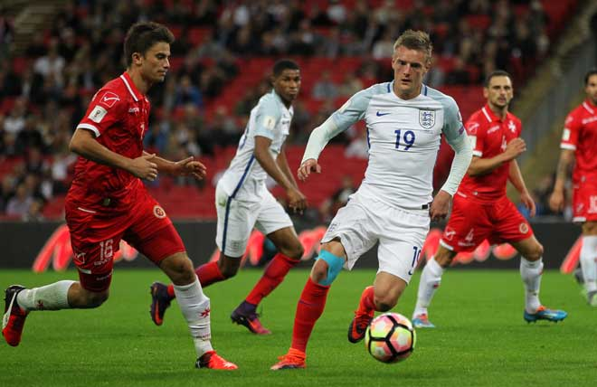 Jamie Vardy (England) (3ter L) im Zweikampf mit Ryan Scicluna (Malta) (L) beim World Cup 2018 Qualifikationsspiel in London am 8. Oktober 2016. / AFP PHOTO / Ian KINGTON