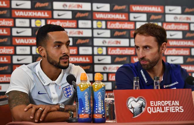 Englands Manager Gareth Southgate (R) und Theo Walcott. / AFP PHOTO / Glyn KIRK