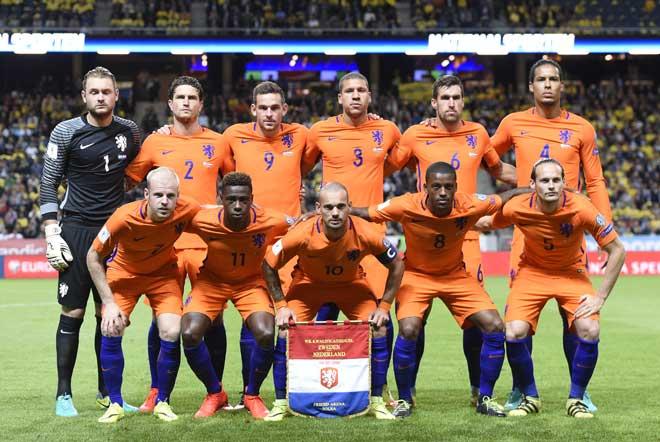 Die Aufstellung der niederländischen Nationalmannschaft vor dem WC 2018 Qualifikationsspiel gegen Schweden in Solna am 6. September 2016. / AFP PHOTO / JONATHAN NACKSTRAND