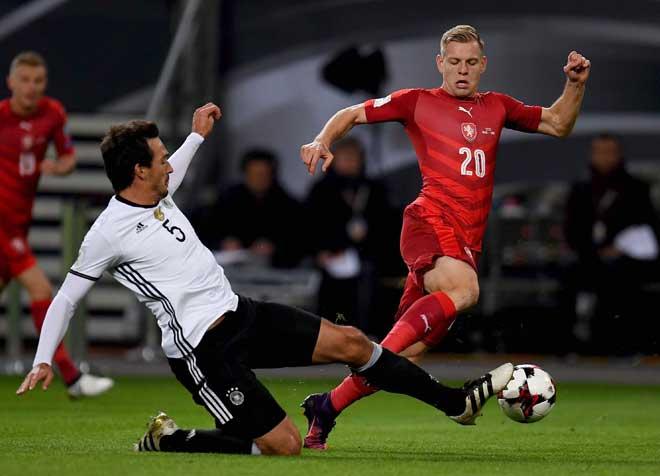 Tschechiens Stürmer Matej Vydra (R) und deutschlands Verteidiger Mats Hummels beim 2018 World Cup Quali Spiel in Hamburg am 8. October 2016. / AFP PHOTO / PATRIK STOLLARZ