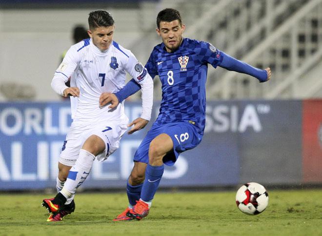 Milot Rashica (Kosovo) (L) im Zweikampf mit Kroatiens Mateo Covacic (R) während des World Cup 2018 Qualifikatinsspiel in Shkoder am 6. Oktober 2016. / AFP PHOTO / GENT SHKULLAKU