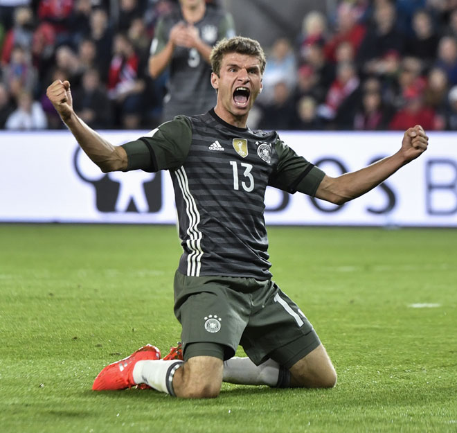 Thomas Müller feiert den 3-0 sieg gegen Norwegen beim World Cup 2018 Qualifikationsspiel in Oslo am 4. September 2016. / AFP PHOTO / John MACDOUGALL
