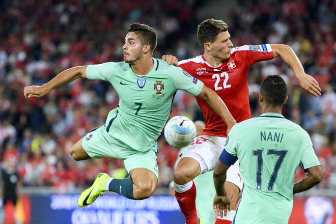 Portugals Stürmer Andre Silva (L) und der schweizer Verteidiger Fabian Schaer wetteifern um den Ball während dem FIFA World Cup 2018 Qualifikationsspiel in Basel am 6. September 2016. / AFP PHOTO / FABRICE COFFRINI