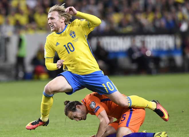 Schwedens Mittelfeldspieler Emil Forsberg gegen den niederländischen Verteidiger Daley Blind beim WC 2018 beim Qualifikationsspiel in Solna, am 6. September 2016. / AFP PHOTO / JONATHAN NACKSTRAND