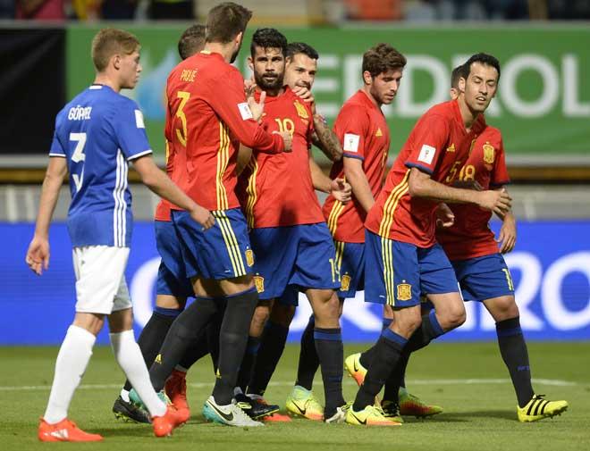 Spaniens Stürmer Diego Costa (M) feiert mit seinem Team ein Tor beim WC 2018 Quali Spiel in Leon am 5. September 2016. / AFP PHOTO / MIGUEL RIOPA