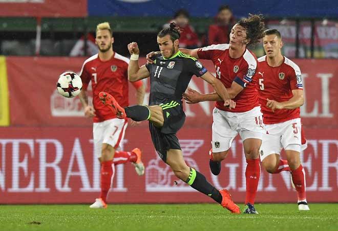 Gareth Bale (M) von Wales im Zweikampf mit Österreichs Kapitän Julian Baumgartlinger beim WC 2018 Quali Spiel in Wien am 6. Oktober 2016. / AFP PHOTO / JOE KLAMAR