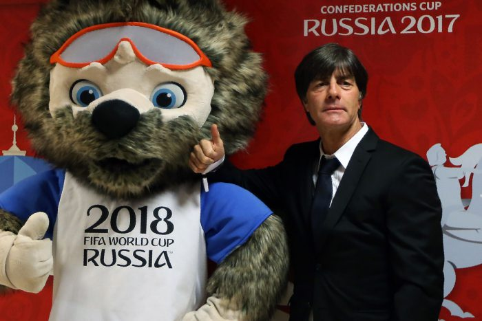 Bundestrainer Joachim Löw zusammen mit dem Maskottchen der WM 2018 Zabivaka. / AFP PHOTO / Roman Kruchinin