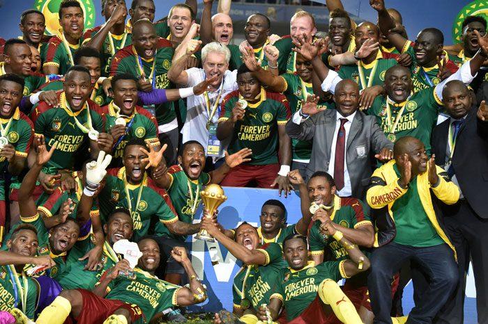 Kamerun und der belgische Trainer Hugo Broos (Mitte) feiern nach dem 2:1 Sieg gegen Ägypten den Gewinn des Afrikacups 2017 am 05.Februar 2017/ AFP PHOTO / ISSOUF SANOGO
