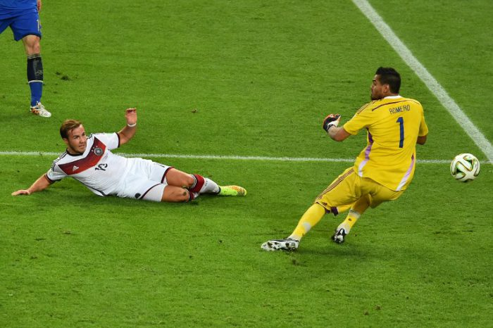 Mario Goetze erzielt gegen Sergio Romero in der 113.Spielminute des Finales 2014 das entscheidene Tor! GABRIEL BOUYS / AFP
