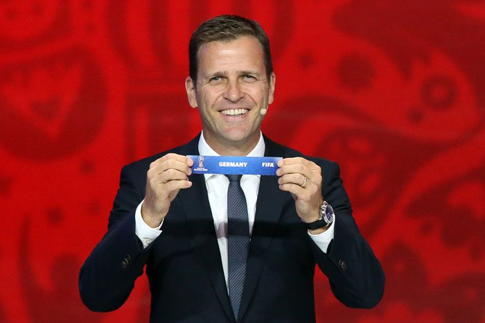 EX-Nationalspieler und Manager der Deutschen Nationalmannschaft Oliver Bierhoff zieht Deutschland bei der Gruppenauslosung zur WM 2018 Qualifikation in Saint Petersburg am 25.Juli 2015. AFP PHOTO / KIRILL KUDRYAVTSEV /