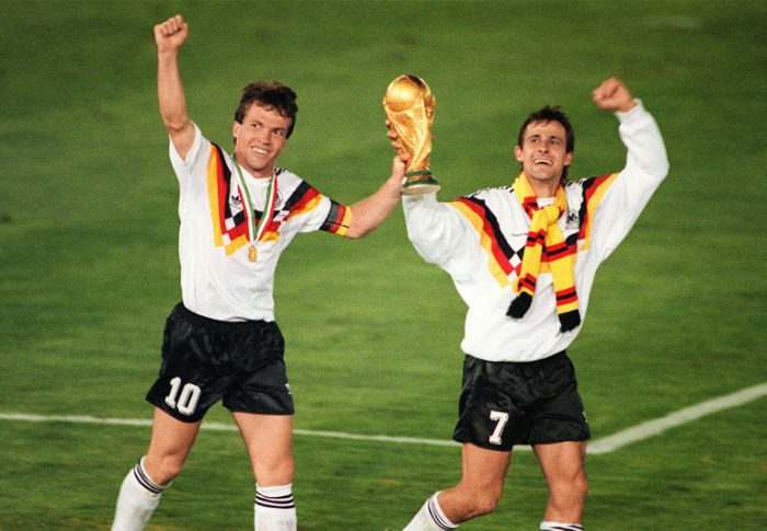 Lothar Matthaeus (L) und Pierre Littbarski feiern am 08. Juli 1990 in Rom. AFP PHOTO
