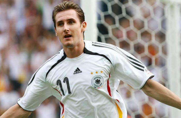 Miroslav Klose feiert sein 2.Tor gegen Ecuador im Vorrundenspiel am 20. Juni 2006 im Berliner Olympiastadium. AFP PHOTO / VINCENZO PINTO