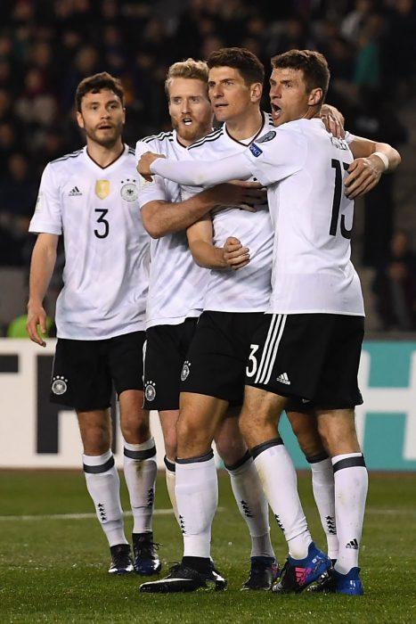 Die Torschützen beim 4:1 gegen Aserbaidschan auf einen Blick. V.l.n.r.: Vorlagengeber Hector, André Schürrle, Mario Gomez, Thomas Müller. AFP PHOTO.