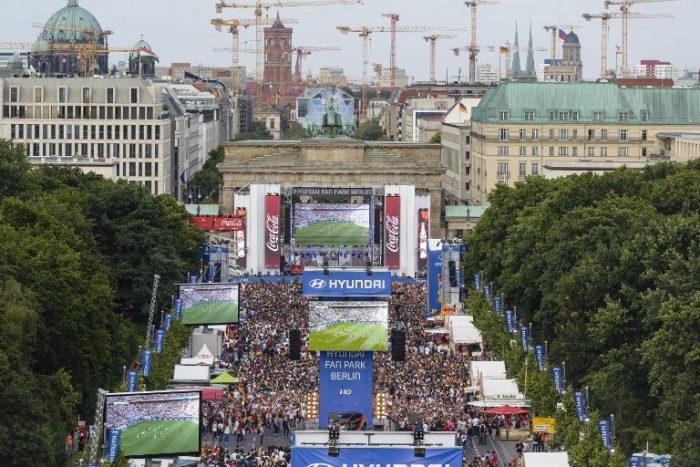 Die Fanmeile in Berlin am Brandenburger Tor ist die größte in der ganzen Bundesrepublik.