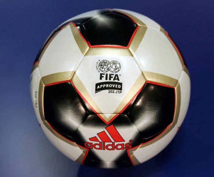 "Der offizielle Spielball des FIFA Confederations Cup 2005 in Deutschland. Der offizielle Spielball ""Pelias"". AFP PHOTO TORSTEN SILZ"