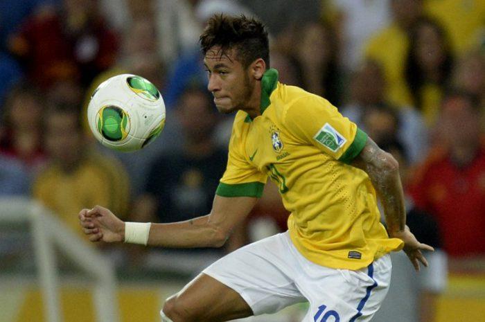 """Neymar beim Confed-Cup 2013 mit dem offiziellen Spielball """"Cafusa"""". AFP PHOTO / JUAN BARRETO"""