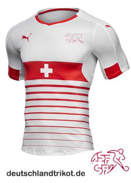 Das schweizer Auswärtstrikot bei der EM 2016. Tolle Idee: Der Bruststreifen als Flagge.