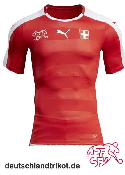 Das Heimtrikot der Schweizer zur EM 2016, wie gewohnt in Rot und mit Verbandswappen und Flagge auf der Brust.