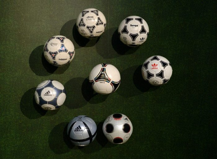 Offizielle Spielbälle der Europameisterschaften bis 2012 (AFP PHOTO/CHRISTOF STACHE)