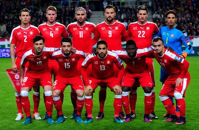 Die Startaufstellung der Schweiz vor dem WM-Quali Spiel gegen Ungarn am 07.10.2016. / AFP PHOTO / ATTILA KISBENEDEK