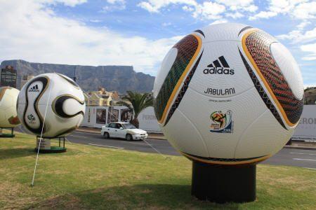 """Der """"Jabulani"""" (r.), Spielball der WM 2010 in Südafrika neben dem """"Teamgeist"""" (l.) Spielball der WM 2006 in Deutschland."""