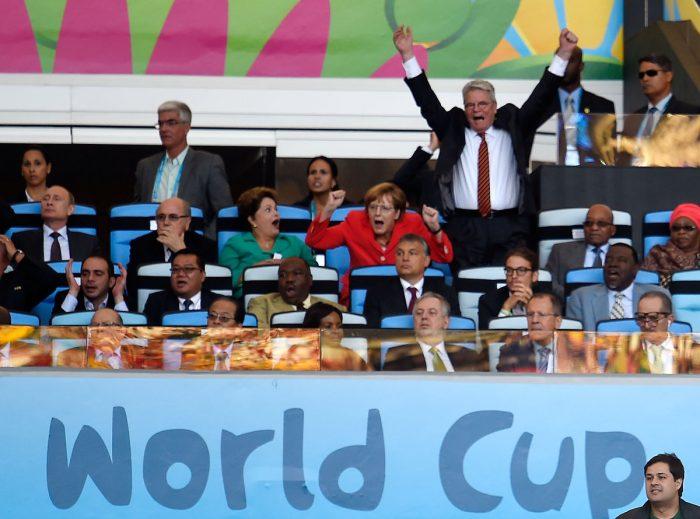 Bundeskanzlerin Angela Merkel (2R) und Joachim Gauck (R) jubeln mit der brasilianischen Präsidentin Dilma Roussef beim WM-Finale gegen Argentinien im Maracana Stadium in Rio de Janeiro am 13.Juli 2014.  AFP PHOTO / ODD ANDERSEN