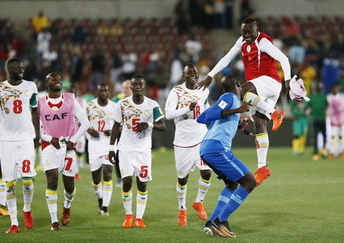Senegal's Nationalspieler feiern die FIFA 2018 World Cup Qualifikation am 10. November 2017. / AFP PHOTO / PHILL MAGAKOE