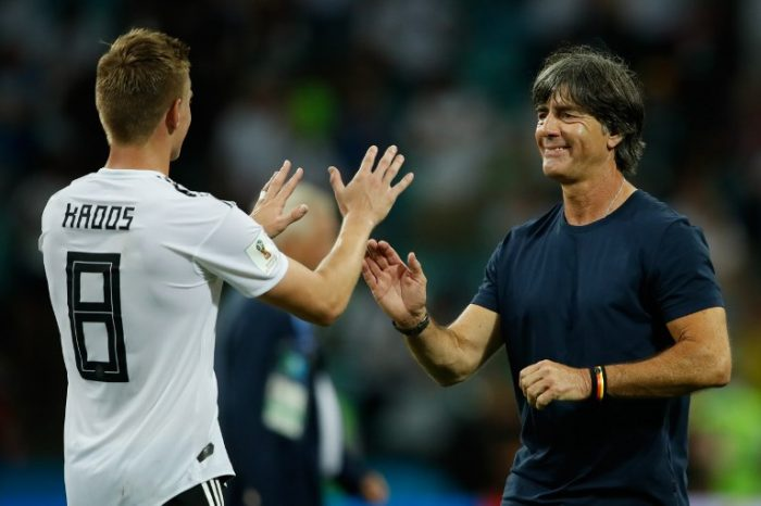 Toni Kroos erlöst sein Team inklsuvie Bundestrainer Joachim Loew (R) / AFP PHOTO / Odd ANDERSEN /